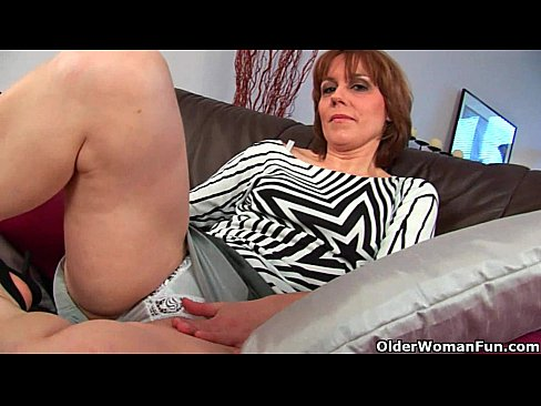 Clip sex Mature mom spreads her hairy and wet pussy