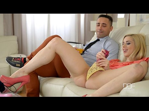 Clip sex Salesman gives anal sex to two blonde babes