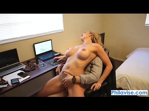 PHILAVISE-Gamer gives a pie with Kenzi Foxx