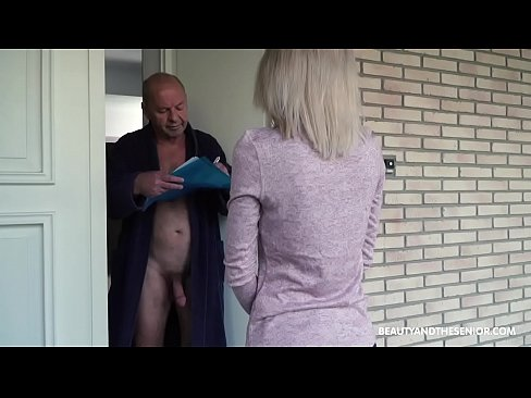 Clip sex Old grandpa gets horny and fucks the delivery girl
