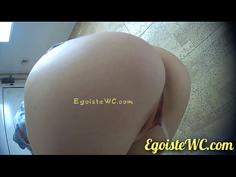 NEW! Everyone to watch! Examining the beautiful vagina of a girl in the toilet! Gorgeous view!