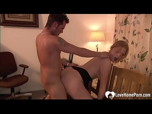 Amateur girlfriend screams while he's shafting her slit