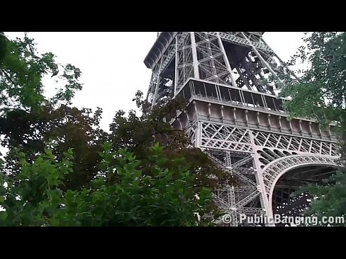 Clip sex Under the Eiffel Tower in Paris France, extreme public sex risky threesome orgy