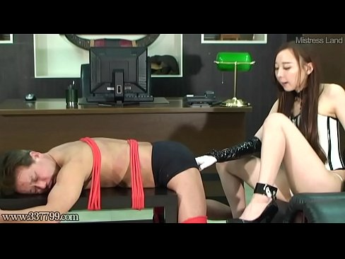 Japanese Femdom Risa Expands Slave Anal with Dildo