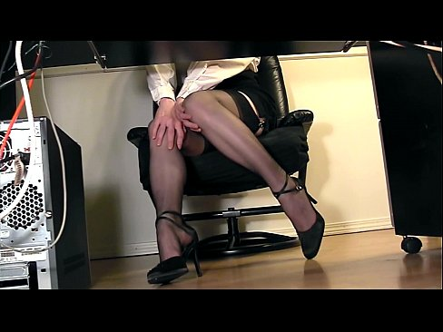 cam-under-the-desk-voyeur