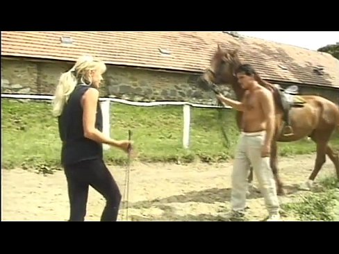 Phim sex Blonde slut gives blowjobs on a stable