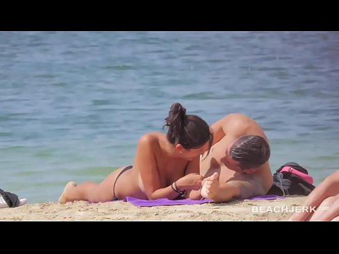 Clip sex Hot body brunette with perfect tits on topless beach