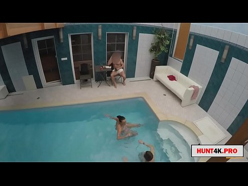 Clip sex paying the boyfriend to fuck her girlfriend in the pool