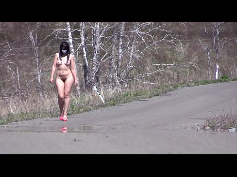 Clip sex Outdoor exhibitionism. A completely naked babe with a sexy figure, juicy PAWG, and hairy pussy walks in high-heeled sandals on the road. Amateur fetish.