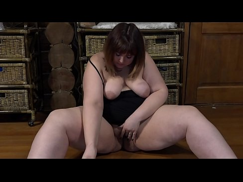 Clip sex A chubby girl in sex chat shows her charms and with a dildo fucks a big pussy.