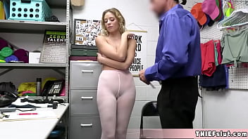 She wanted to steal a white pantyhose Now she is caught and will be fucked 6分钟
