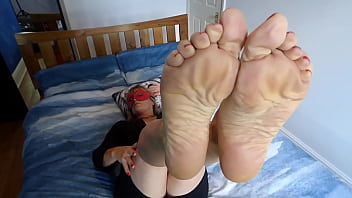Lady Godiva Sexy feet legs in air on bed 2分钟