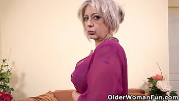 Curvy mature Goldie primes her cunt hole for a dildo